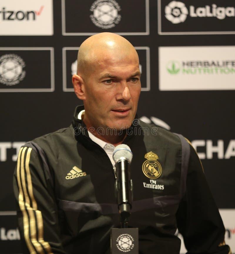 Encargado de Zinedine Zidane del Real Madrid durante pre juego internacional de la taza de campeones de la rueda de prensa del pa fotografía de archivo libre de regalías