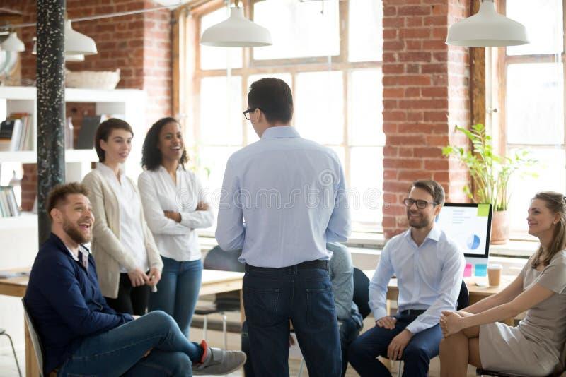 Encargado del directivo de la empresa que habla con los miembros de compañía durante el informe fotos de archivo