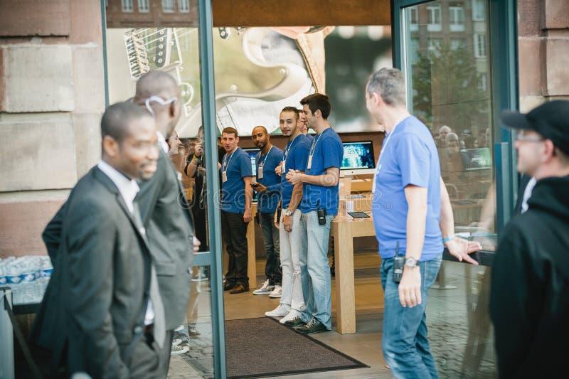 Encargado del genio de Apple que examina al equipo antes de iPhone 6 ventas foto de archivo libre de regalías