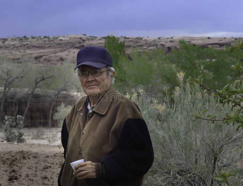 Encargado del hombre de Navajo en su ambiente fotografía de archivo libre de regalías
