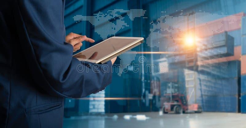 Encargado del hombre de negocios que usa el control y el control de la tableta para los trabajadores imagen de archivo libre de regalías