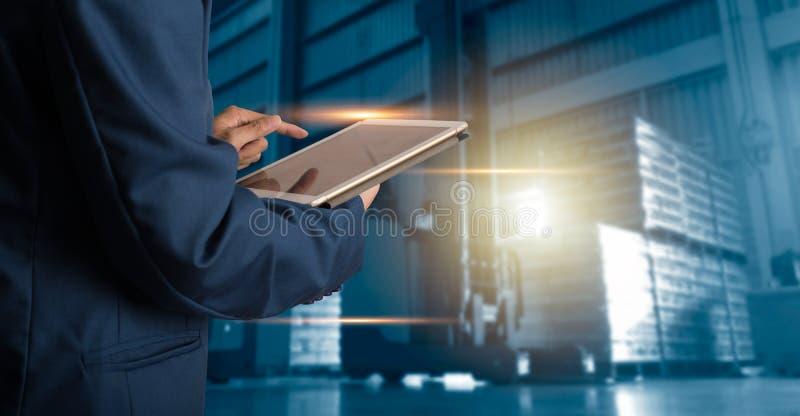Encargado del hombre de negocios que usa el control y el control de la tableta para los trabajadores fotografía de archivo libre de regalías