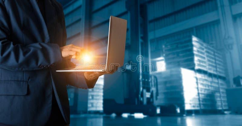 Encargado del hombre de negocios que usa ?rdenes del control del ordenador port?til en l?nea imágenes de archivo libres de regalías