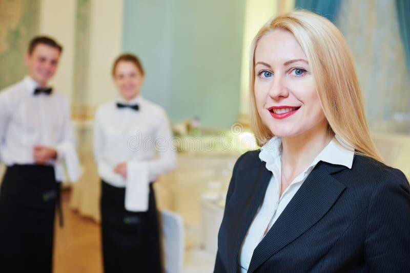 Encargado del restaurante con la camarera y el camarero fotos de archivo