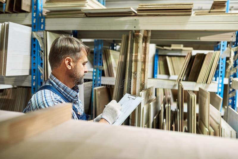 Encargado Doing Stock Review de Warehouse fotos de archivo libres de regalías
