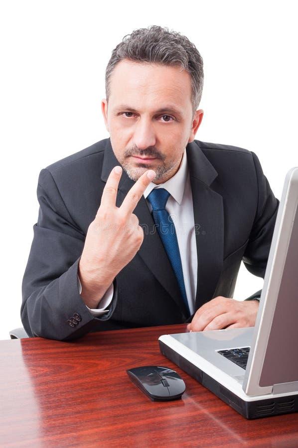 Encargado ejecutivo que señala los fingeres a sus ojos fotos de archivo libres de regalías