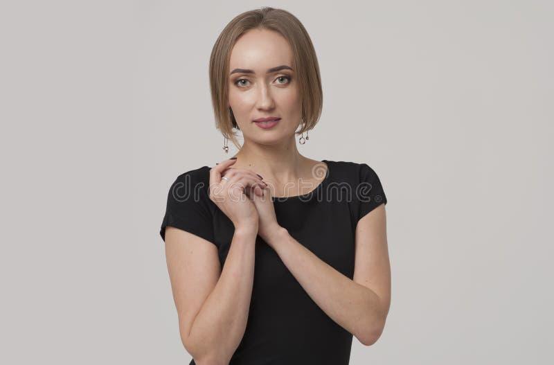 Encargado o mujer de negocios femenino encantador joven que lleva el equipo negro imagenes de archivo