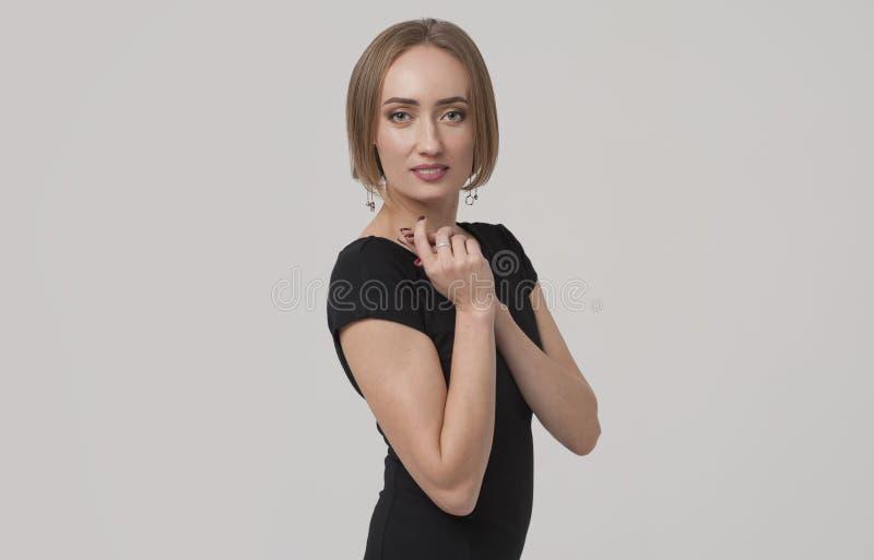 Encargado o mujer de negocios femenino encantador joven que lleva el equipo negro foto de archivo