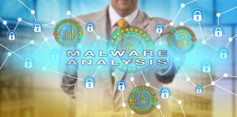 Encargado Performing Malware Analysis del incidente fotografía de archivo