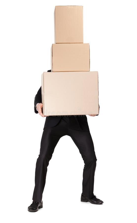 Encargado que da la pila de rectángulos del cartón imágenes de archivo libres de regalías