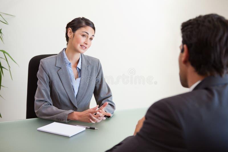 Encargado que se entrevista con a un candidato apuesto fotografía de archivo libre de regalías