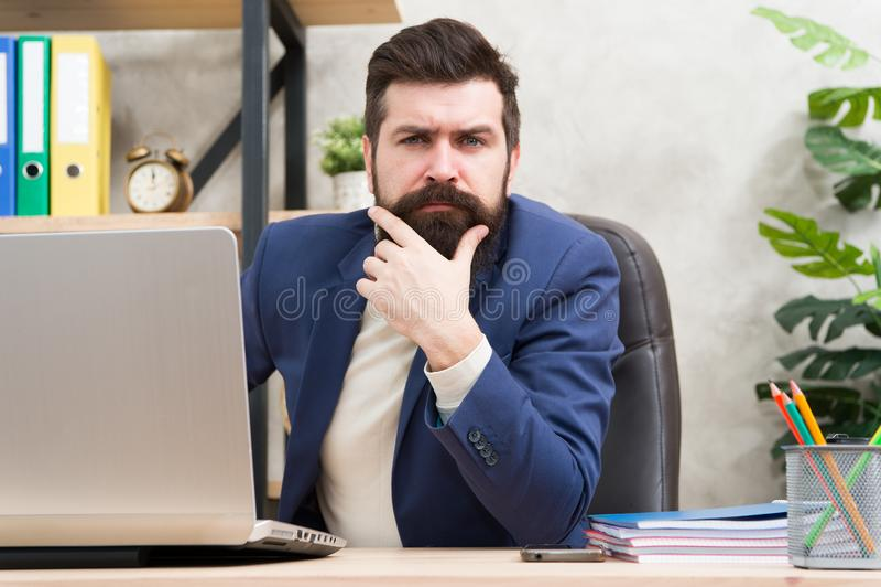 Encargado que soluciona problemas de negocio Hombre de negocios responsable de soluciones del negocio Estrategia empresarial que  imágenes de archivo libres de regalías