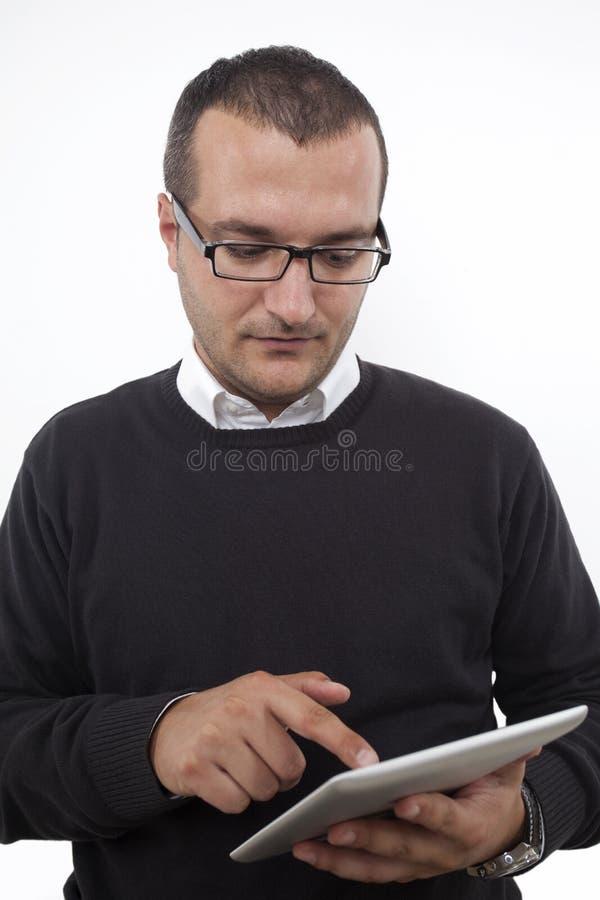 Encargado que toca una tableta digital foto de archivo