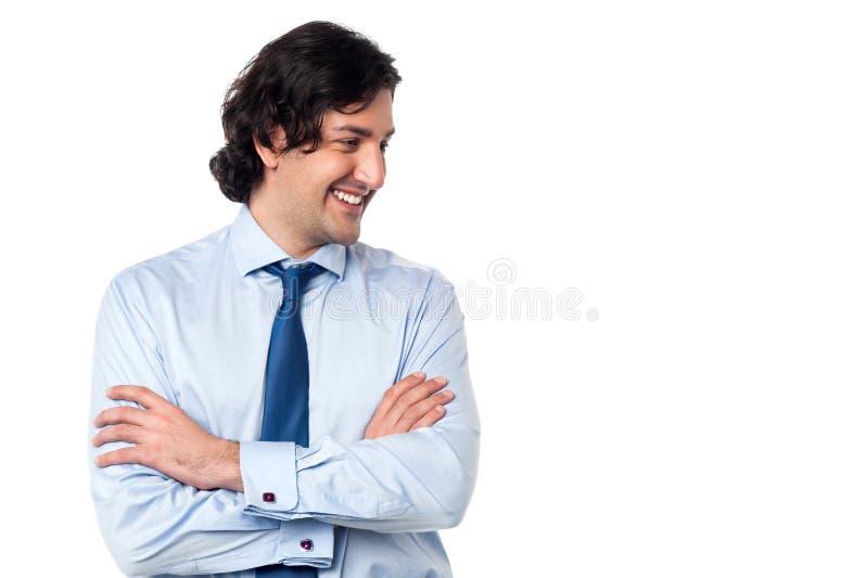 Encargado sonriente tímido joven que mira lejos imágenes de archivo libres de regalías