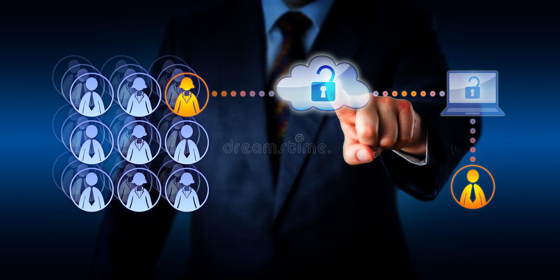 Encargado Unlocking Cloud Access a un trabajador remoto fotos de archivo libres de regalías