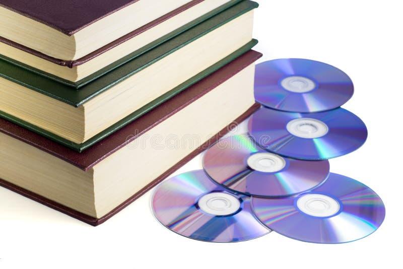 Encargados de la información - libros y discos del ordenador fotografía de archivo