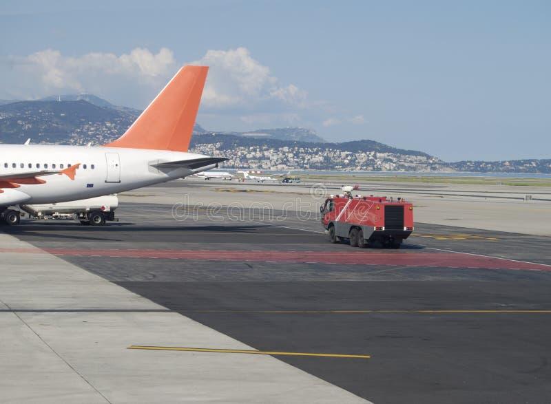 Encarregado do incêndio por aviões. Aeroporto agradável. France imagem de stock