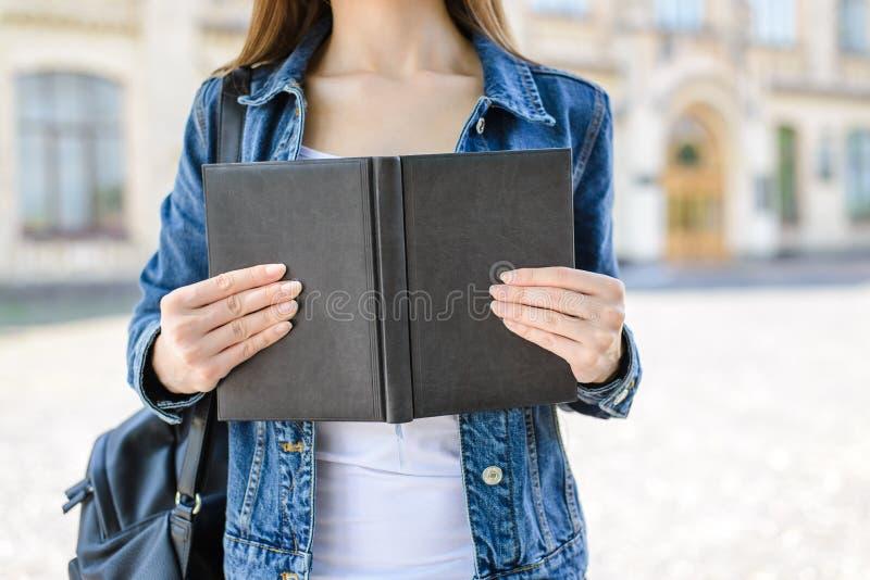 Encarregue o conceito dos povos do livro de texto da poesia da cultura da instrução do teste Cropp imagem de stock