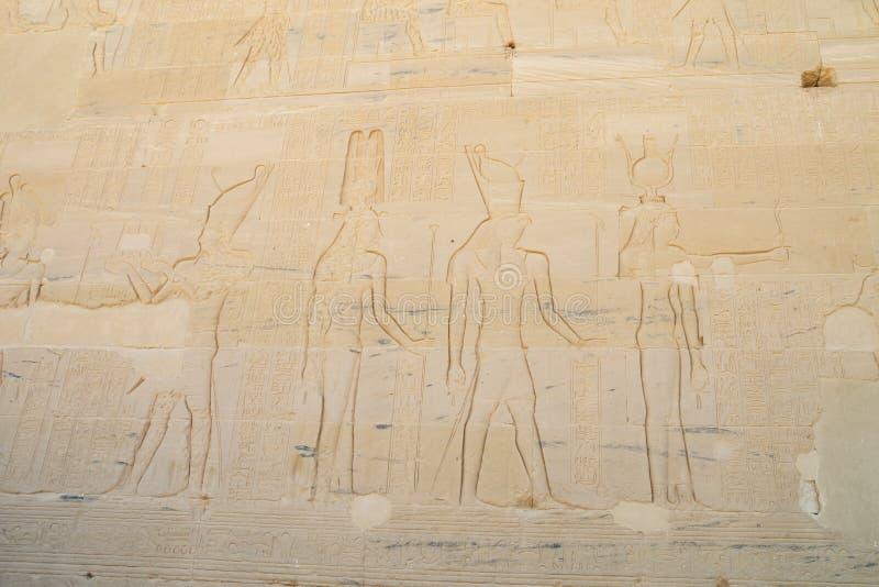 Encarving av Hathor och Horus arkivfoto