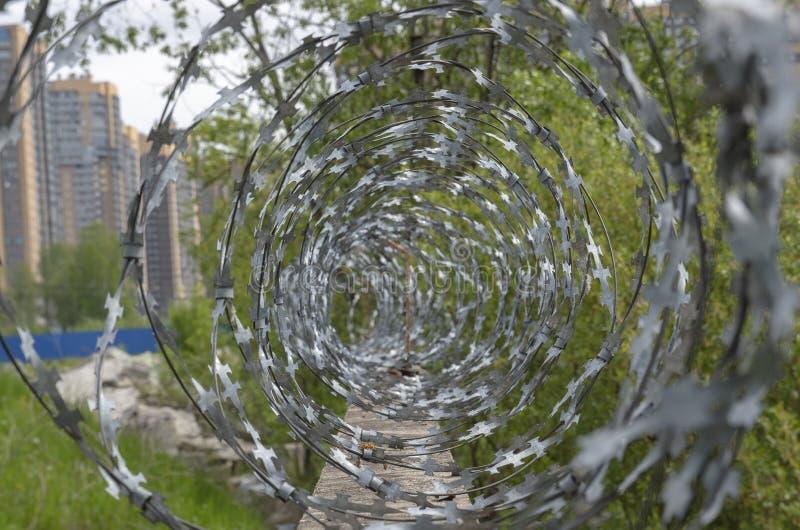 Ence med taggtråd inom staden, uppdelning av territoriet, konflikter och skyddade objekt begrepp av territoriumskydd för arkivbild