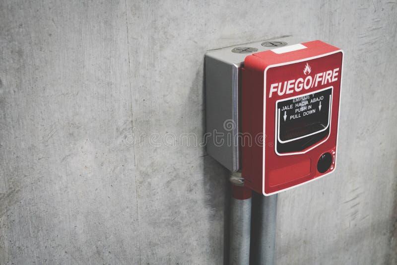 Encender alarma de incendio el muro de cemento en el edificio para la seguridad con el espacio de la copia para el texto imágenes de archivo libres de regalías