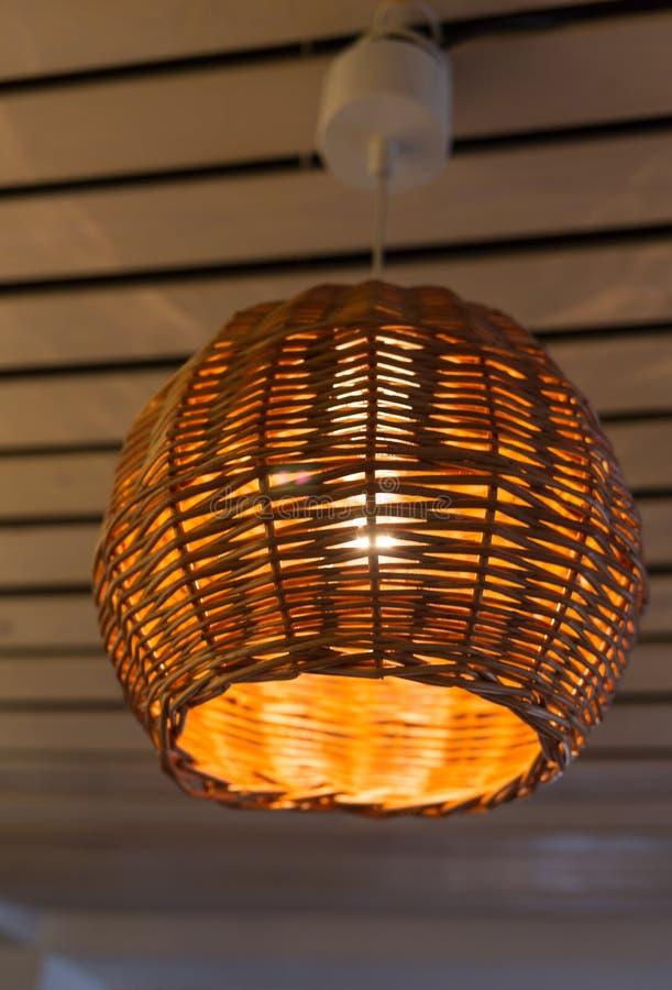Encendida lámpara en un cuarto con el fondo marrón imagen de archivo