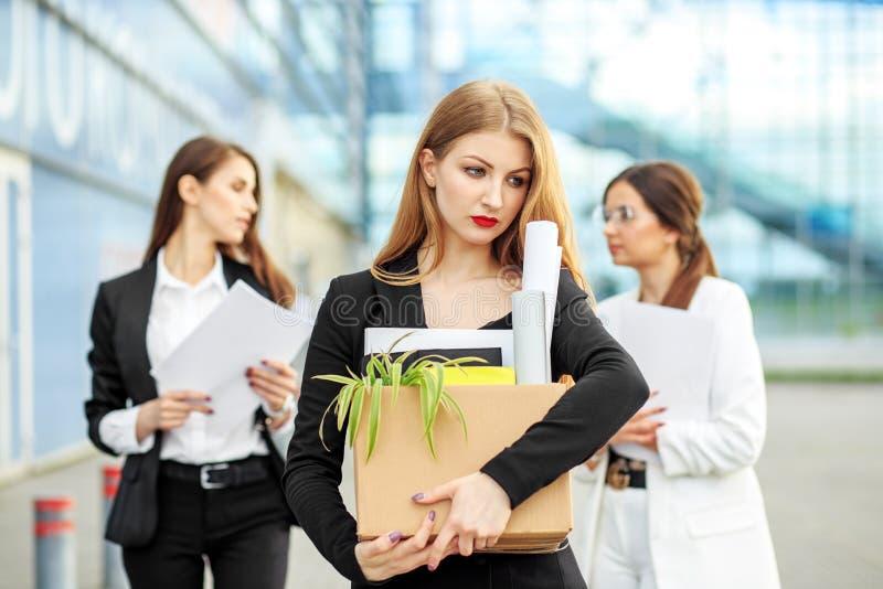 Encendieron a la mujer de la sociedad El final de una carrera Concepto para el negocio, el desempleo, el intercambio de trabajo y fotos de archivo libres de regalías