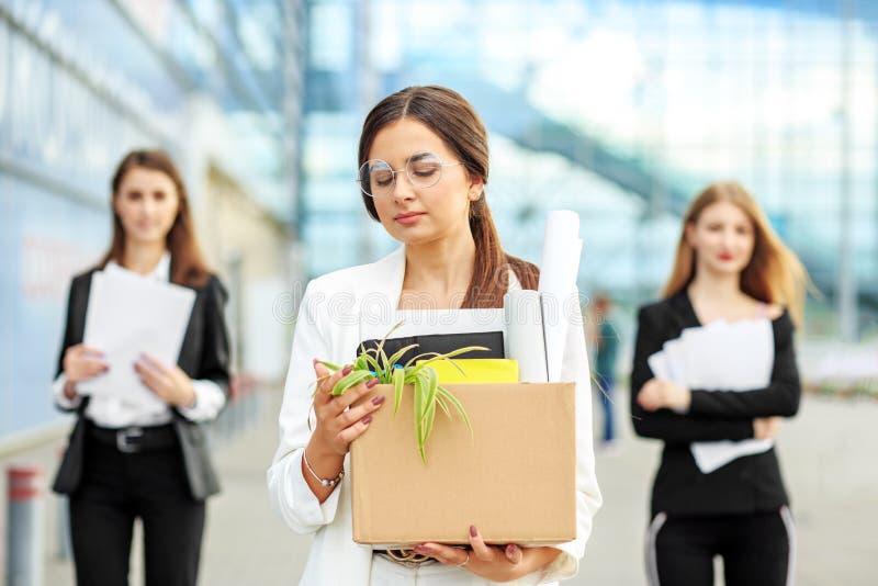 Encendieron a una mujer hermosa joven de su trabajo El final de una carrera Concepto para el negocio, desempleo, intercambio de t foto de archivo libre de regalías