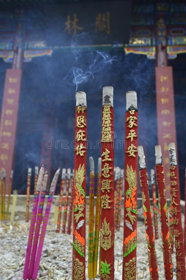 Encens avec de la fumée dans l'encensoir Chez Guan Yu Shrine-China images libres de droits