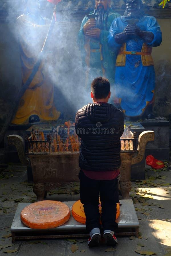 Encens brûlant au temple photos libres de droits