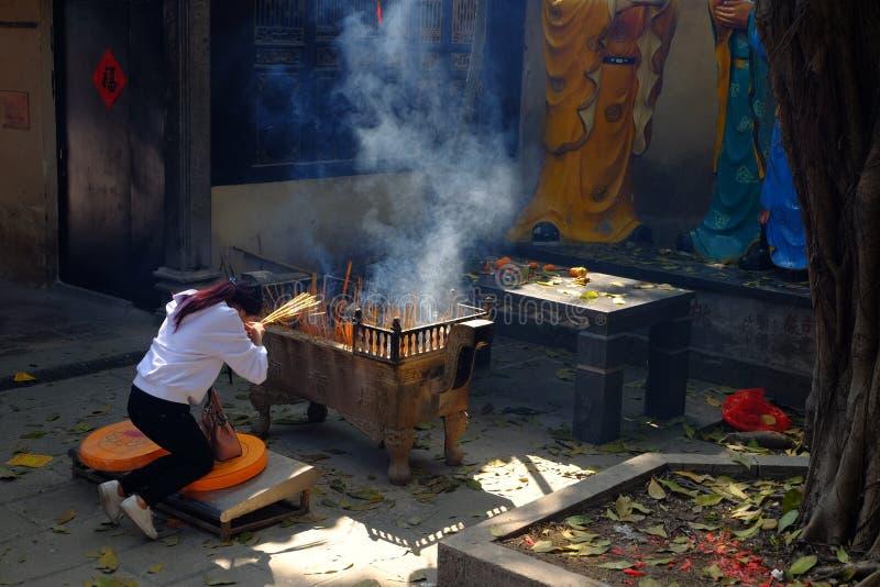 Encens brûlant au temple photo stock
