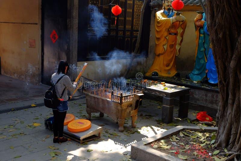 Encens brûlant au temple photo libre de droits