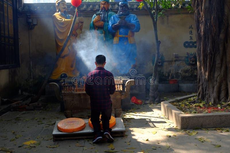 Encens brûlant au temple image stock