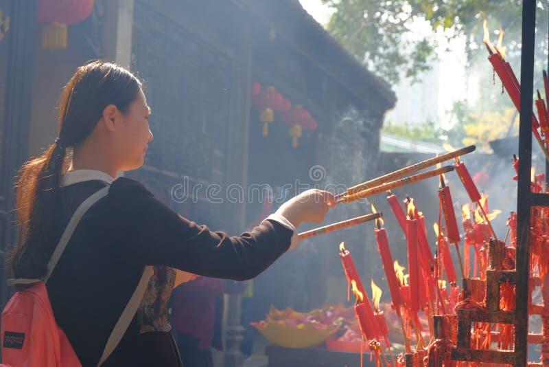 Encens brûlant au temple photos stock