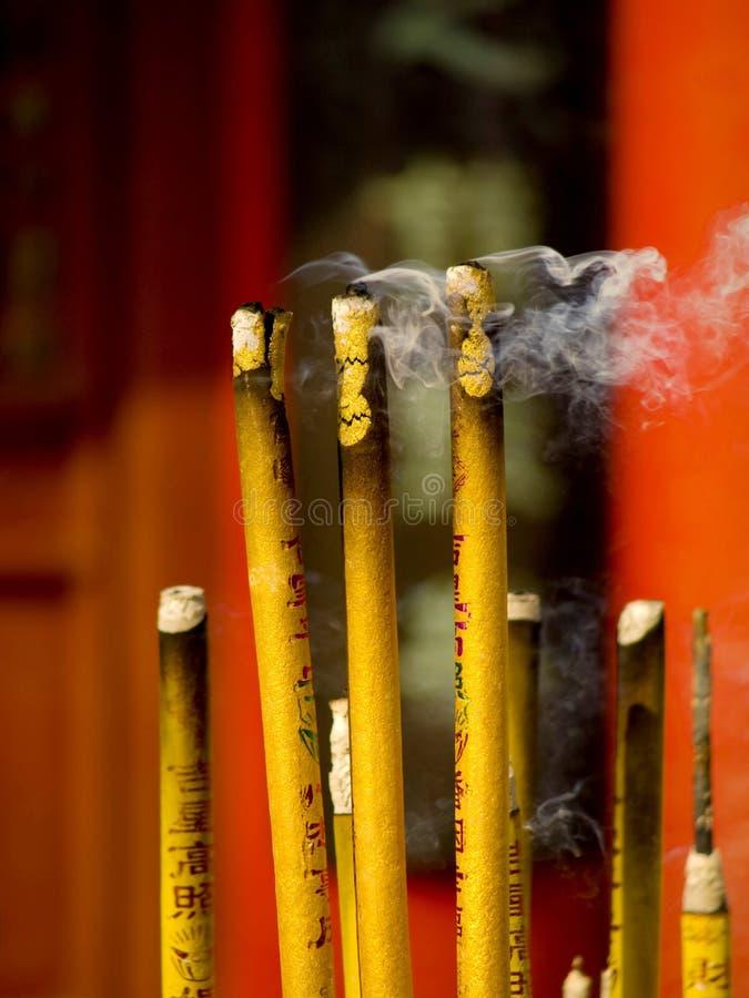 Encens et bougie dans le temple photo stock