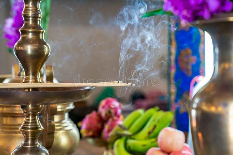 Encens sur le candlestrick en laiton avec de la fumée de l'encens photo stock