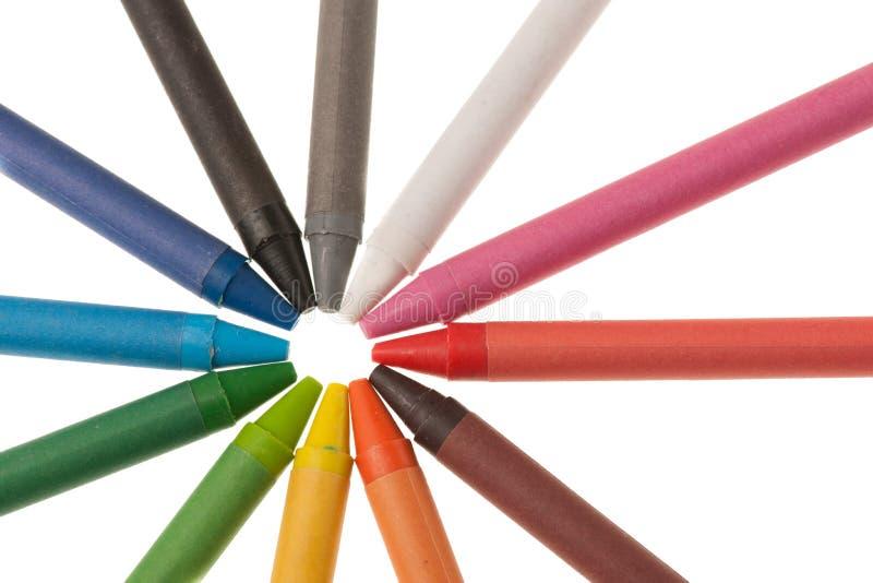 Encera as cores pencile colocadas em um círculo isolado sobre o branco foto de stock