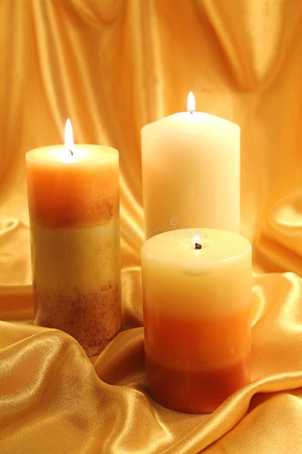 Encerando velas do ouro fotografia de stock royalty free