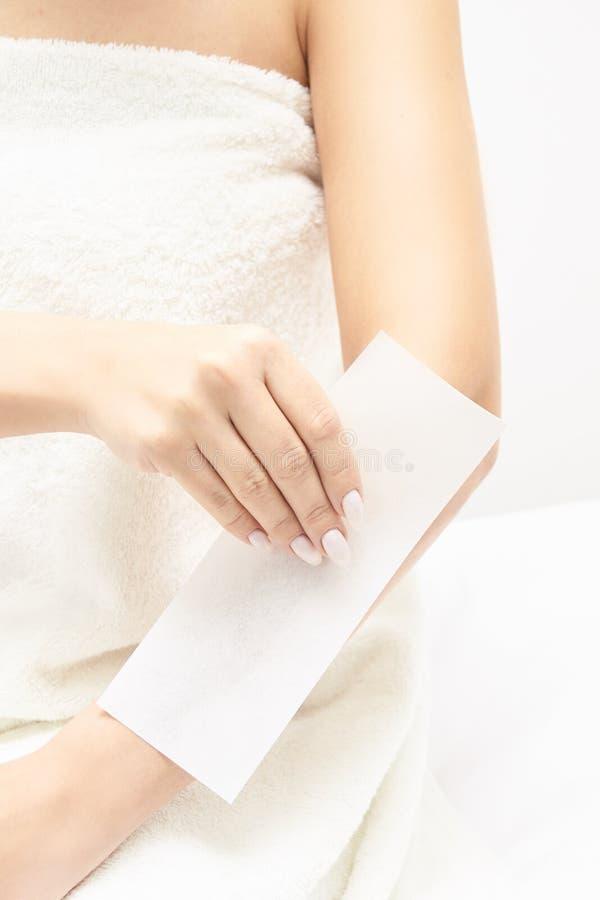Encerar al cuerpo de la mujer Retiro del pelo del azúcar epilation del servicio del laser Procedimiento del cosmetólogo de la cer fotografía de archivo libre de regalías
