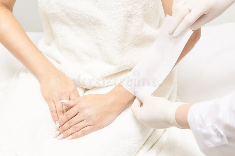 Encerar al cuerpo de la mujer Retiro del pelo del azúcar epilation del servicio del laser Procedimiento del cosmetólogo de la cer fotos de archivo