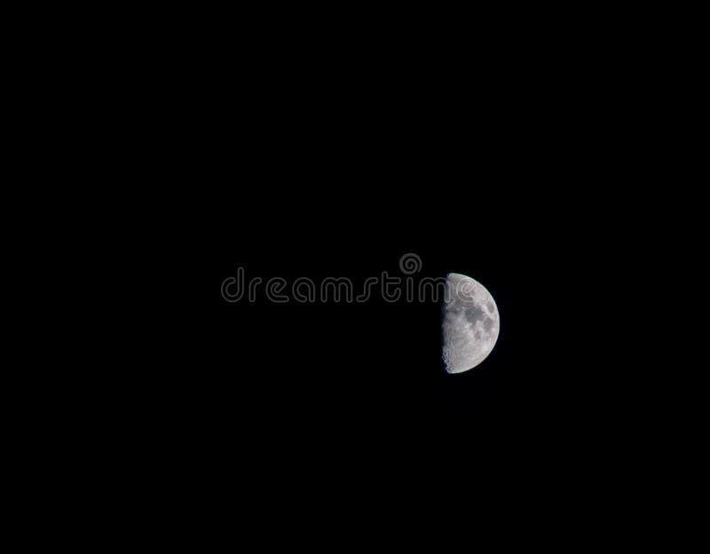 Encerar la luna del primer trimestre imagenes de archivo