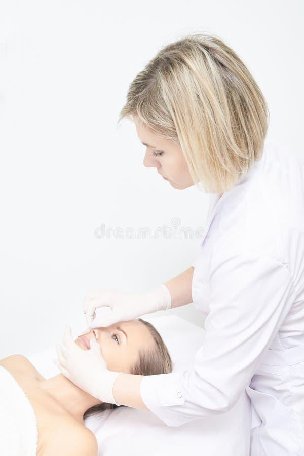 Encerar la pierna de la mujer Retiro del pelo del azúcar epilation del servicio del laser Procedimiento del cosmetólogo de la cer imagen de archivo