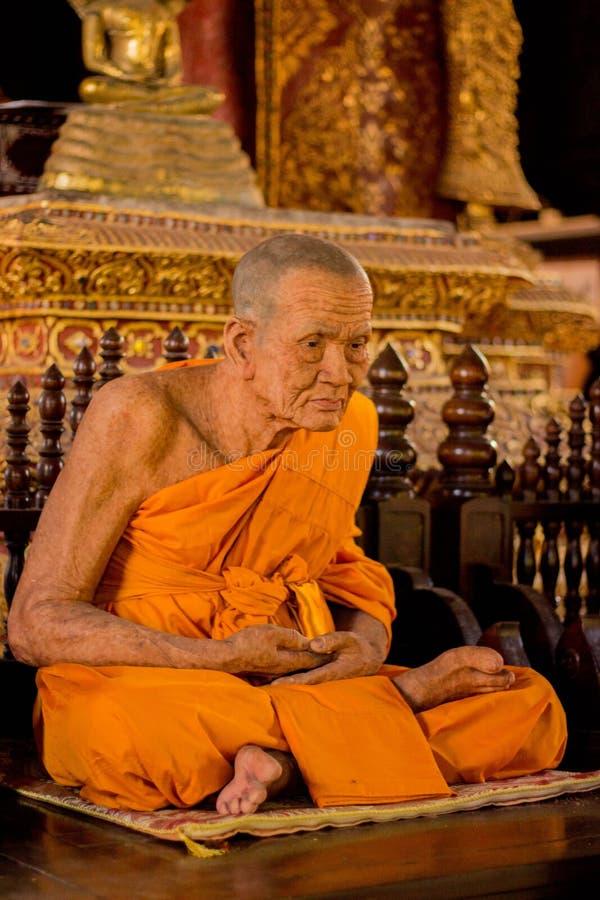 Encere a escultura da monge no templo budista em Chiang Mai, Tailândia fotografia de stock