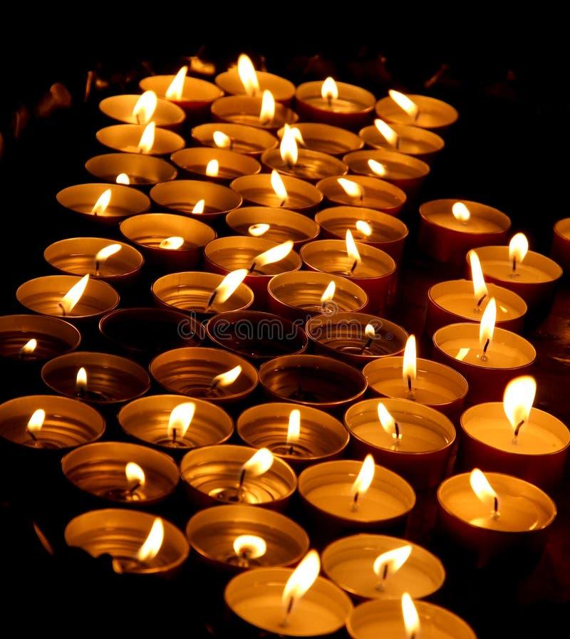Encere las velas encendidas por el fiel durante la celebración del Eu foto de archivo libre de regalías