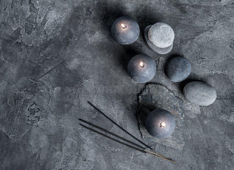 Encere velas e faça massagens pedras, vista superior fotos de stock royalty free