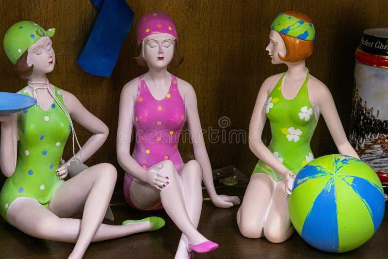 Encerramento de bonecos antigos em ternos de banho numa loja de safra nos Estados Unidos fotos de stock royalty free