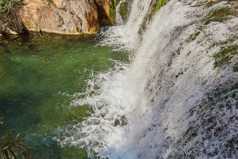 Encerramento de manchas de água Linda Cascata Algária Alicante, Espanha imagens de stock royalty free