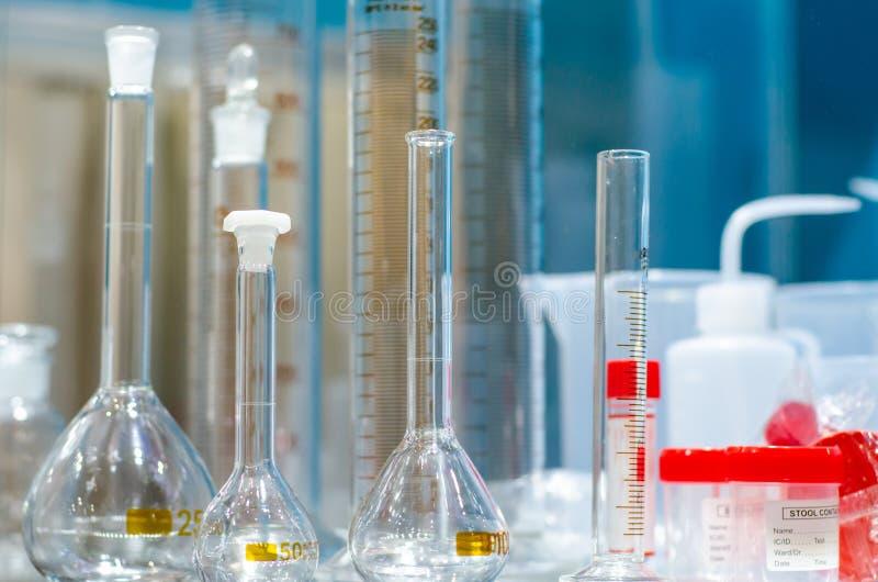 Encerramento dos equipamentos do laboratório Glass Flask imagens de stock royalty free