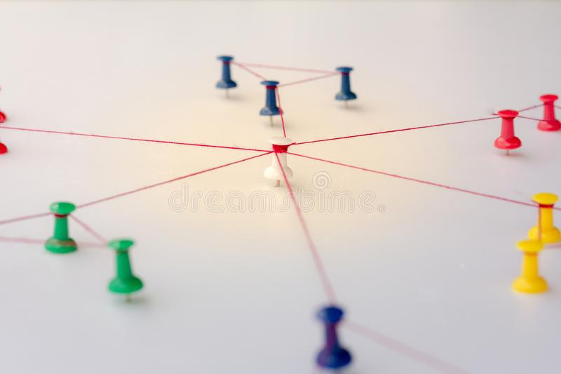 Enchaînement des entités Mise en réseau, media social, abrégé sur communication d'Internet Petit réseau relié à un plus grand rés image stock