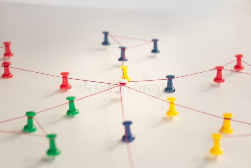 Enchaînement des entités monotone Mise en réseau, media social, SNS, abrégé sur communication d'Internet Petit réseau relié à un  image libre de droits